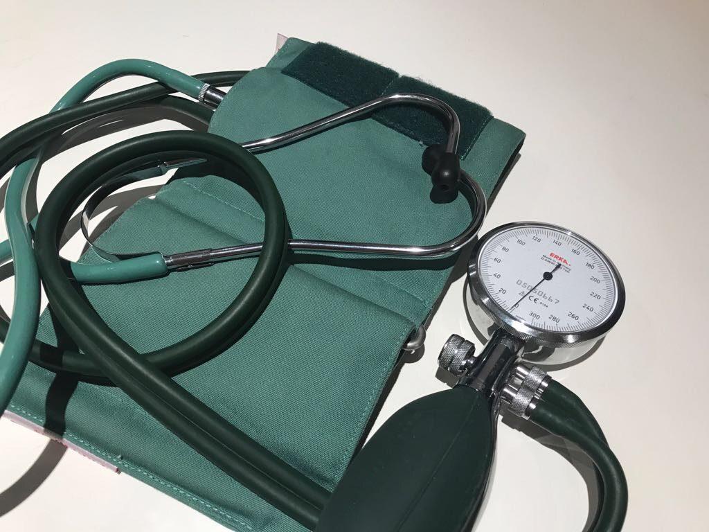 Blutdruck Messgerät und Stetoskop